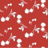 与白玫瑰和叶子剪影的水彩无缝的样式在深红背景 库存照片