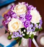 与白玫瑰和紫色的新娘的花束 免版税图库摄影