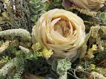 与白玫瑰的花卉装饰在葡萄酒样式 库存图片