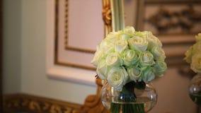 与白玫瑰的花束和在玻璃花瓶的grenn康乃馨 影视素材