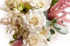 与白玫瑰的花束 库存图片