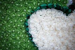 与白玫瑰的Ikebanas 免版税库存图片