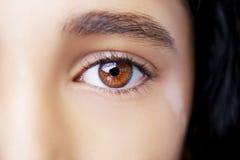 与白癜风的一只美丽的通透的神色眼睛 免版税库存图片