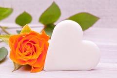 与白糖心脏的唯一黄色玫瑰 免版税库存照片