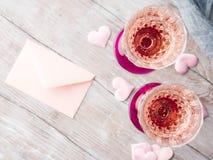 与白纸卡片的两块桃红色香槟玻璃 库存图片