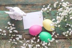 与白纸卡片,复活节彩蛋,兔子的复活节装饰和 库存图片