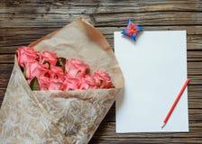 与白纸和色的铅笔的桃红色玫瑰 免版税库存照片