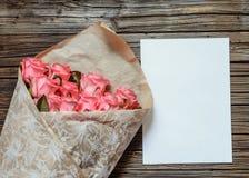 与白纸和色的铅笔的桃红色玫瑰 免版税库存图片