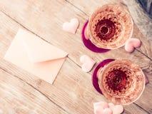 与白纸的两块桃红色香槟玻璃定了调子卡片 图库摄影