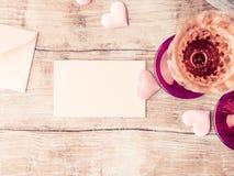 与白纸的两块桃红色香槟玻璃定了调子卡片 库存图片