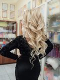 与白肤金发的卷毛的时兴的发型 关闭 库存照片