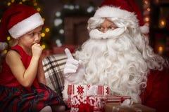 与白肤金发的女孩的圣诞老人 免版税库存照片