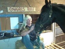 与白肤金发的女孩的黑摩根马 免版税库存照片