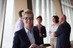 与白肤金发的妇女的不同的商人小组前面的 免版税库存图片