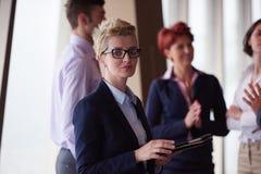 与白肤金发的妇女的不同的商人小组前面的 免版税图库摄影