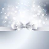 与白色丝带的抽象银色轻的背景 免版税库存图片