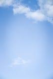 与白色云彩和拷贝空间的深刻的蓝天纹理背景 库存图片