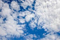 与白色云彩和拷贝空间的深刻的蓝天纹理背景 免版税库存图片