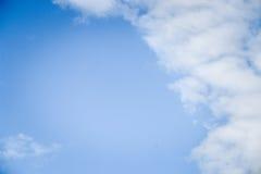 与白色云彩和拷贝空间的深刻的蓝天纹理背景 库存照片