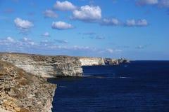 与白色云彩和海的蓝天 免版税库存照片