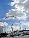 与白色云彩和蓝天的伦敦眼睛视图 免版税库存照片