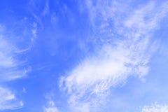 与白色云彩和轻的阳光背景,纹理的蓝天 免版税库存照片