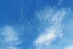 与白色云彩和轻的阳光背景,纹理的蓝天 免版税库存图片