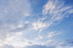 与白色云彩的夏天天空 库存图片