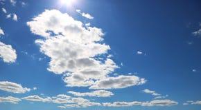 与白色云彩的天空在乡下在一个晴天 免版税库存图片