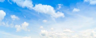 与白色云彩的宽蓝天背景 免版税库存照片