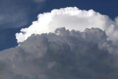 与白色云彩的明亮的蓝天 图库摄影
