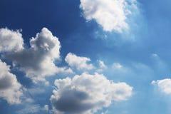 与白色云彩的明亮的蓝天 免版税图库摄影