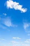 与白色云彩的浅兰的夏天天空 库存图片