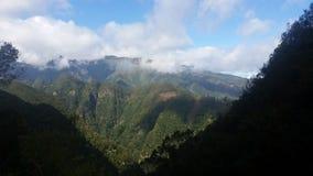 与白色云彩的清楚的天空在马德拉岛山 免版税图库摄影