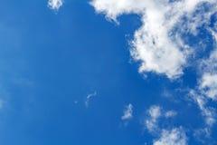 与白色云彩的清楚的蓝天 与copyspace的抽象天空背景 免版税库存照片