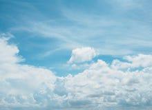 与白色云彩的清楚的蓝天 图库摄影