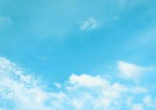 与白色云彩的清楚的蓝天 免版税库存照片