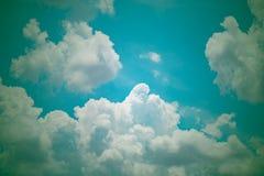 与白色云彩的美丽的天空 葡萄酒概念background r 库存照片