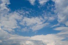 与白色云彩的美丽的深蓝天 晴朗的日 图库摄影