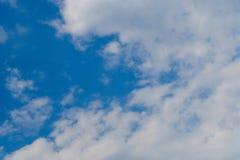 与白色云彩的美丽的深蓝天 晴朗的日 免版税库存照片