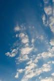 与白色云彩的美丽的深蓝天 晴朗的日 免版税库存图片