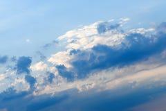 与白色云彩的美丽的深蓝天 晴朗的日 库存照片