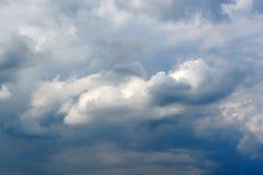 与白色云彩的美丽的深蓝天 晴朗的日 库存图片
