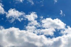 与白色云彩的背景在蓝天 抽象背景 免版税库存图片