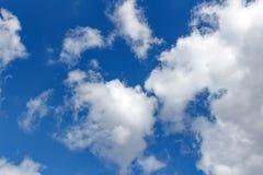 与白色云彩的背景在蓝天 抽象背景 库存图片