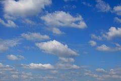 与白色云彩的蓝天。 免版税库存图片
