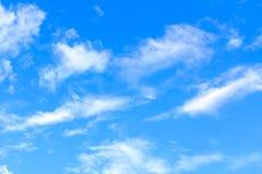 与白色云彩的蓝天在晴朗的夏天或春日 库存图片