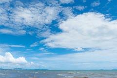 与白色云彩的蓝天在海 免版税图库摄影