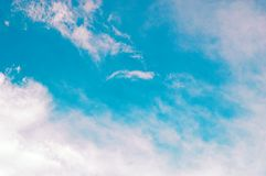 与白色云彩的蓝天在背景用法的天时间 背景的抽象天空 免版税库存图片