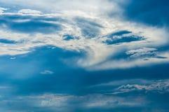 与白色云彩的蓝天背景 库存照片